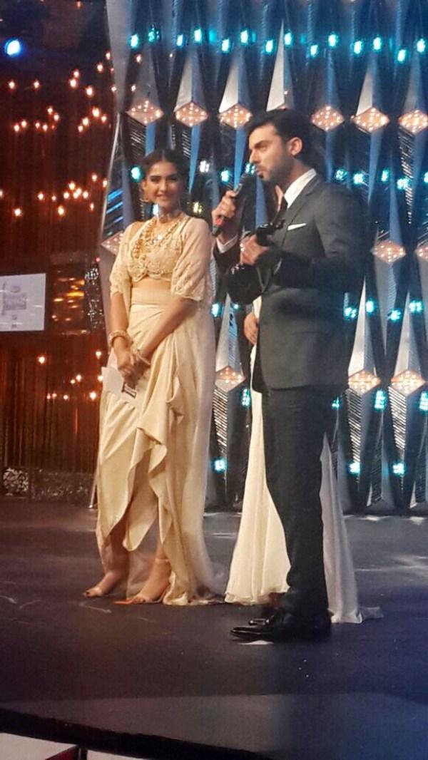 Fawad Khan accepts filmfare from Sonam Kapoor