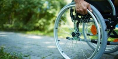 un disabile spinge la carrozzina