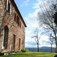 Image of Tuscan hilltop house Siena House showing the rolling hills view