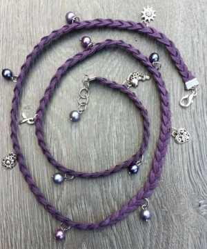 Faux suede armband Joanna met glasparels paars