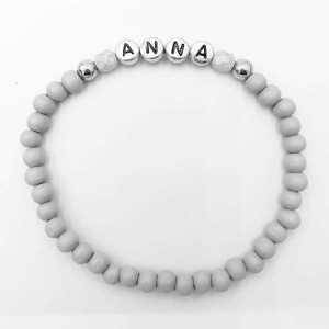 Armband Katie met naam naar keuze grijs