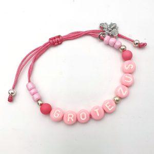 Ibiza armband met naam roze met bijtje zus