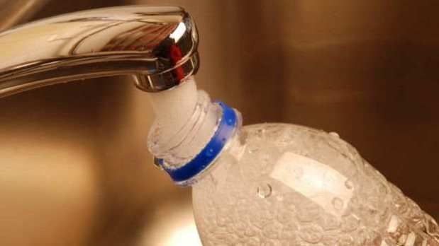 Los peligros de rellenar una botella de plástico