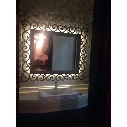 Miroir salle de bain avec éclairage intégré .