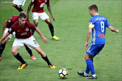"""Kapitán"" David Houska rozdává míč spoluhráčům"