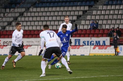 Martin Hála motá tři hráče Karviné s míčem u nohy