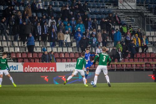 Šimon Falta před dvěma dotírajícími hráči Jablonce a Sektorem S