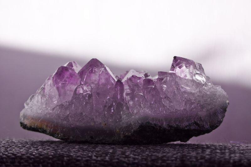 el color de este mineral llamado amatista da nombre al color