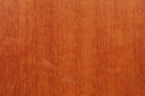 la madera del cerezo da nombre a este color