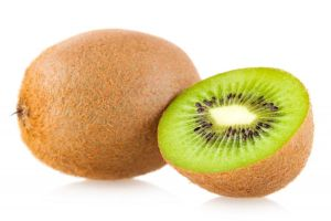 la pulpa de esta fruta llamada kiwi da nombre a este color