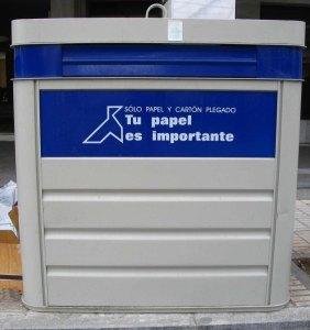 contenedor azul de papel y cartón