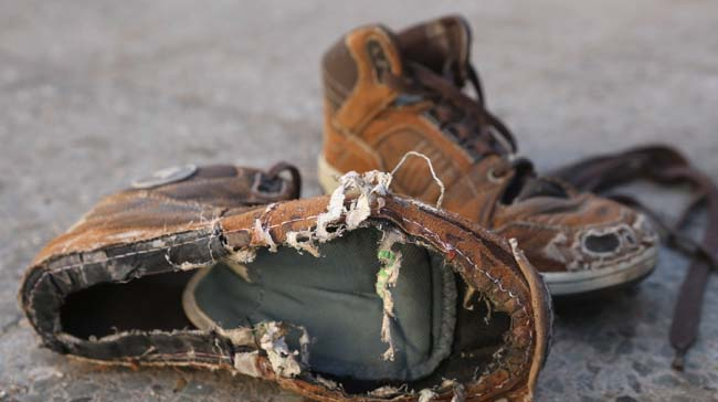 sapato velho, sujo, rasgado e furado