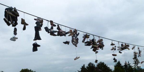 sapatos em fios de energia