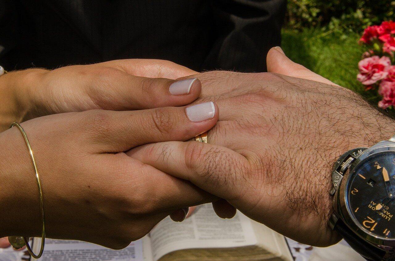 Aliança de namoro: qual mão usar?