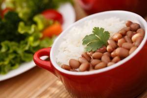 ▷ Sonhar com arroz e feijão – O que significa?