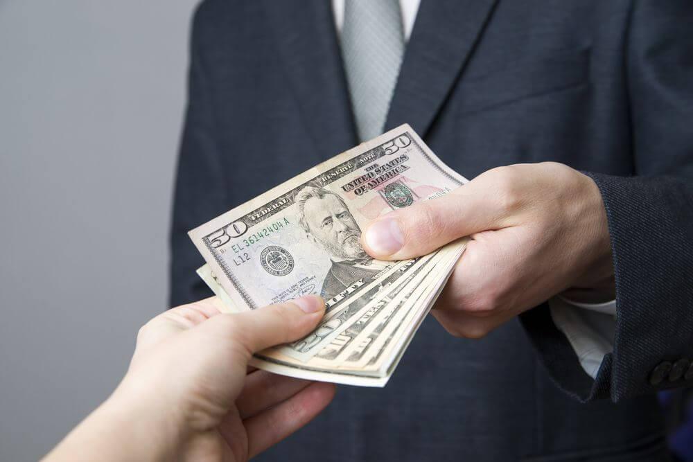 sonhar recebendo dinheiro de alguém
