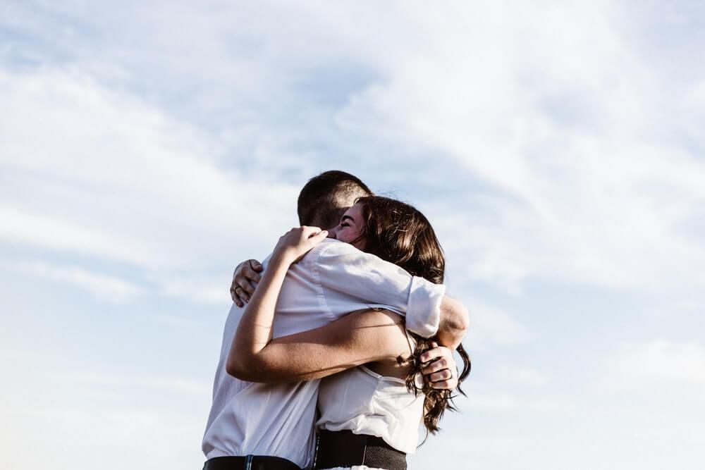 ▷ Sonhar Com Abraço 【Você vai se surpreender】