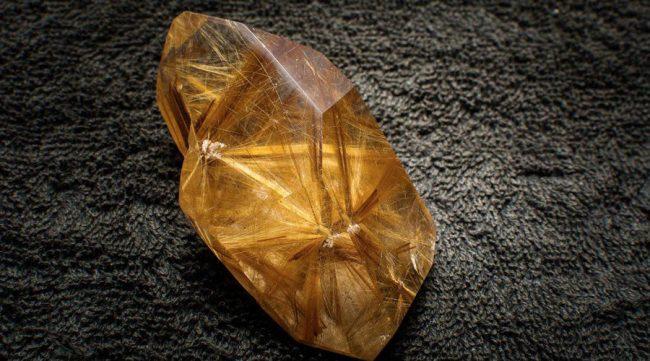 foto da pedra preciosa rutilo
