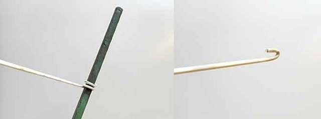 針金ハンガーをT字になるようペンチで巻きつけます