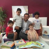 Maxim Huerta con los pequeños héroes de NUPA