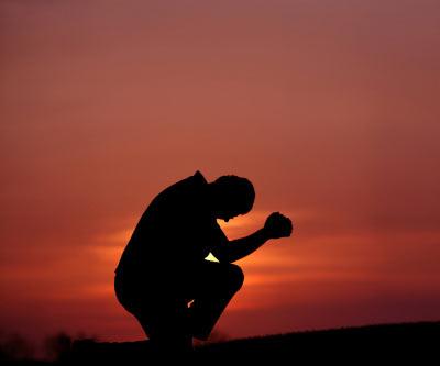 Hombre postrado ante Dios en senal de consagracion