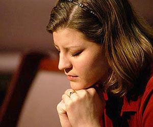 mujer orando a Dios