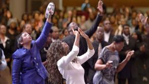 https://i0.wp.com/www.sigueme.net/imagenes/cristianos-adorando-a-dios-con-manos-en-alto-en-la-iglesia.jpg?resize=293%2C165