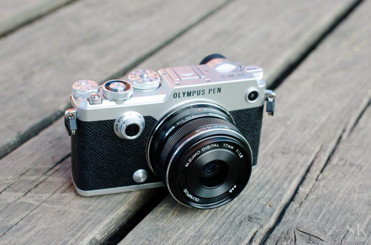 Olympus Pen-F 17 mm f/1.8 objektiiviga (u. 35 mm ekvivalent täiskaamera ees)