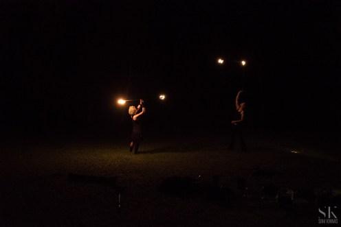 Zerkala Fire Dancers, öösel. Valguseks ainult nende käes olevad tõrvikud.