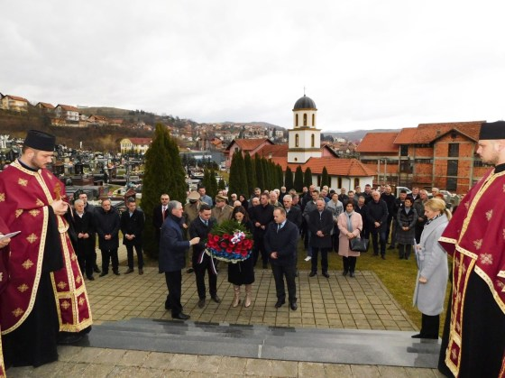 Mrkonjić Grad: Služen parastos i položeni vijenci na spomen-obilježju povodom Dana opštine