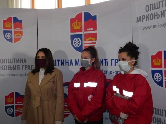 Mrkonjić Grad: Volonteri dijele zaštitne maske za stanovništvo