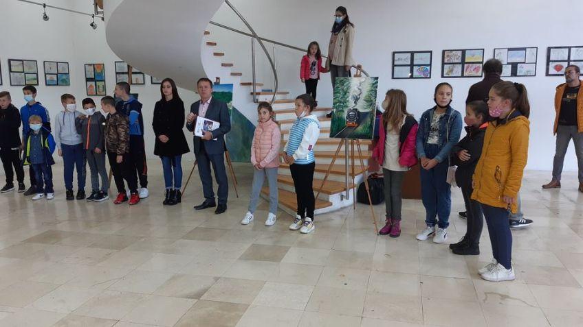 """Mrkonjić Grad: Otvorena izložba radova nastalih na likovnoj koloniji """"UM"""""""
