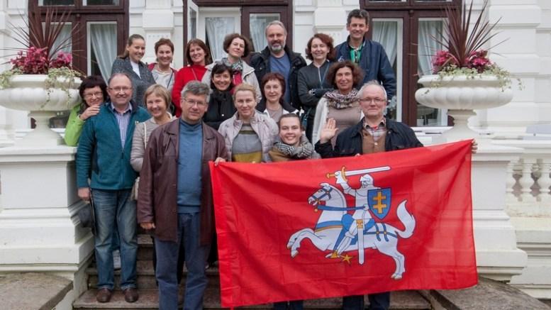 Šeimos sąjūdžio žygio dalyviai prie Genovaitės vilos Švėkšnoje. Būtinas visų žygių atributas – Lietuvos valstybinės istorinė vėliava.