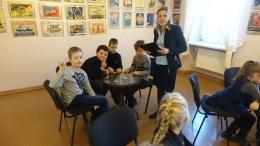 Muziejininkė L.Kilienė ir Šilutės pamario pagrindinės mokyklos antrokai.