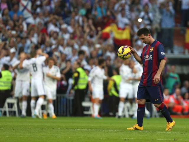 "Barcelona's Lionel Messi bounces the ball after Real Madrid scored a third goal during their Spanish first division ""Clasico"" soccer match at the Santiago Bernabeu stadium in Madrid October 25, 2014. REUTERS/Stringer (SPAIN - Tags: SOCCER SPORT)"