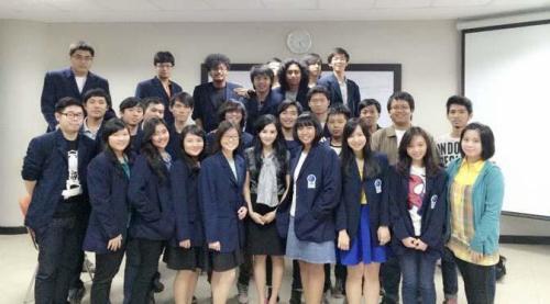 dosen cantik dini fronitasari bersama mahasiswa