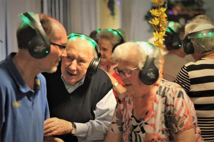 geluksmomentje in zorginstelling met silent disco en dementie