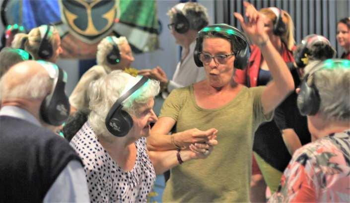 dementie zorgcentrum laat geluksmomentje beleven voor bewoners met silent disco