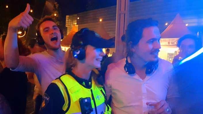 De Politie op bezoek! silent disco Museumplein zomerfeesten 4daagse vrijdag 21 juli 2017 Nijmegen | SilentDJ.com | Foto en video verslag Nijmeegse vierdaagsefeesten