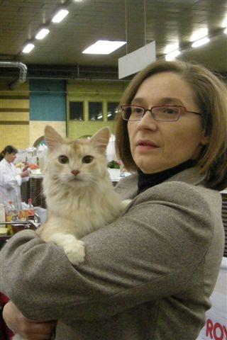 In 2008 heeft dezelfde keurmeester onze toen twaalf jaar oude Juultje gekeurd. Toen viel ons al op hoeveel interesse zij heeft voor het individuele dier. Elfie stamt in de zesde generatie van Juultje af..