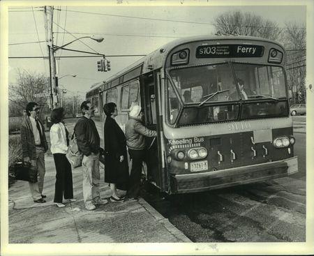 1984 Press Photo Passengers boarding a Transit Authority Bus, Staten Island