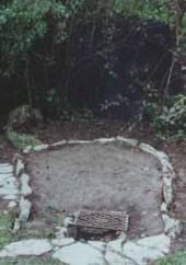 4. Ein Platz für den Ofen wurde bereits vorbereitet. Die Aschegrube wurde mit Steinen ausgekleidet.