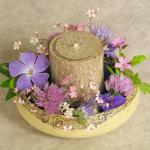 Keramik-Blumenring mit Kerze und Blüten bestückt