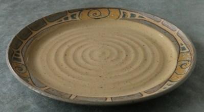 Steinzeug-Teller mit organischem Intarsien-Muster