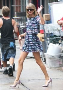 taylor-swift-h-and-m-floral-striped-top-skirt-h724