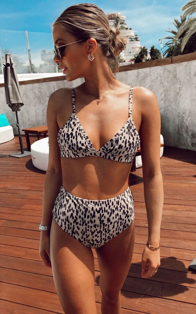 High-waisted bikini in animal print