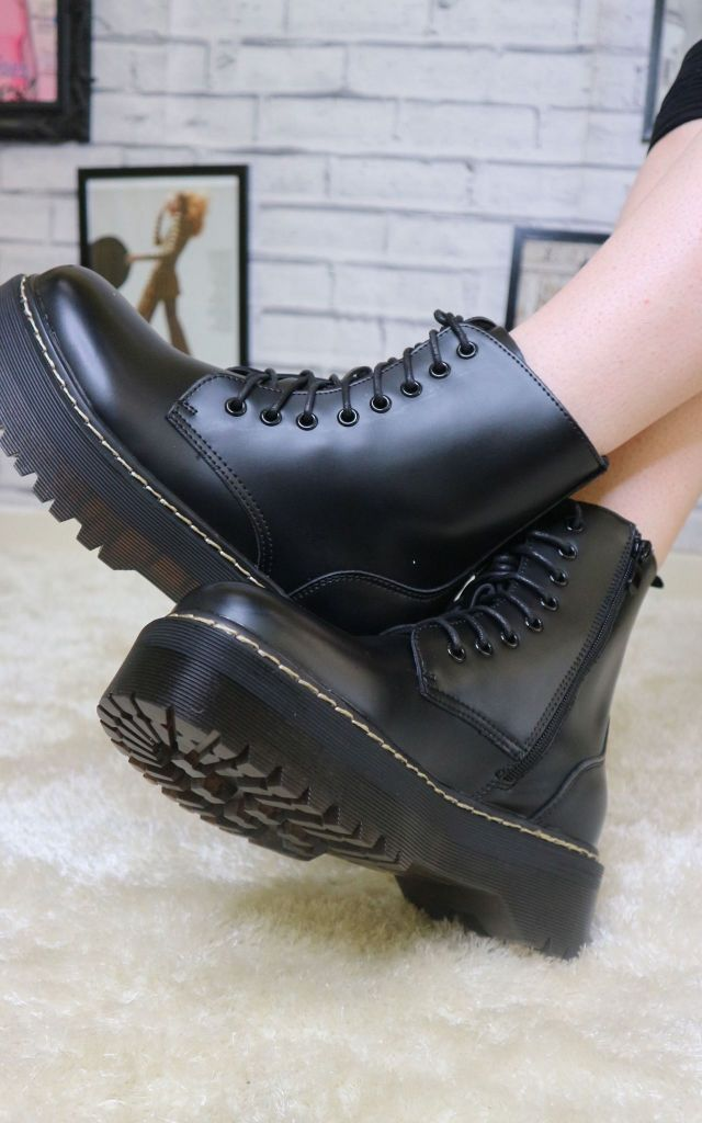 Lace up boots in black