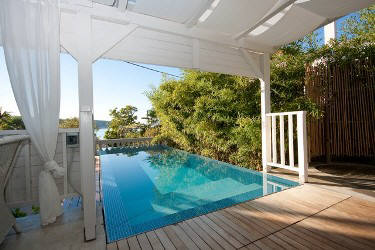 Four stars apartment with swimming pool and sea view 10 m from sand beach in first row to the
