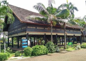 rumah adat Rumoh Aceh