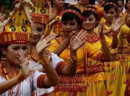 Review mengenai Baju Adat Wanita Toraja Sulawesi Barat dan Ciri Khasnya